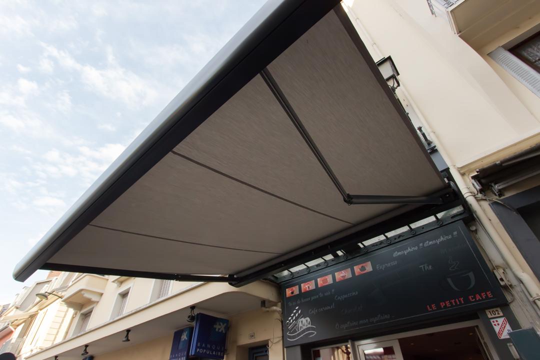 Installation de store extérieur café, restaurant Savoie et Haute Savoie